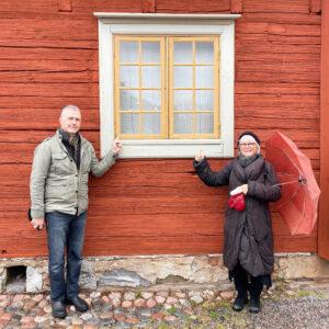 Stephan och Ulla framför ett fönster
